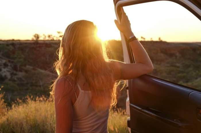 o fată lângă o mașină