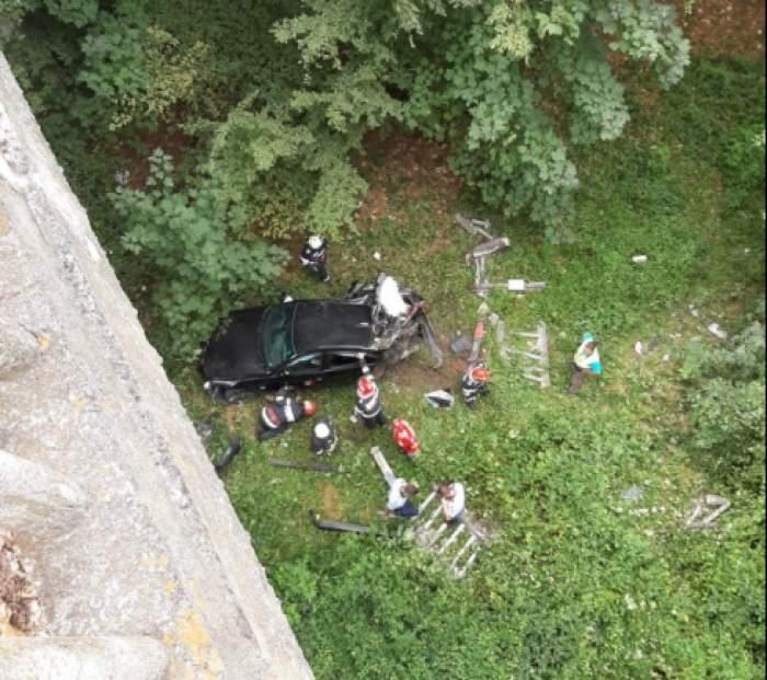 Un adolescent din Vâlcea a căzut cu maşina în râpă, de la 20 de metri. Băiatul a rămas încarcerat / FOTO