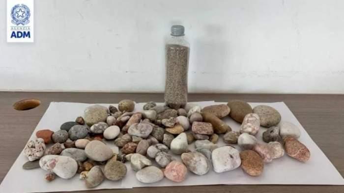 """Român amendat în Italia, pentru că a furat pietricele de pe plajă din Sardinia. """"Este un lucru nu doar greșit, ci și ilegal"""""""