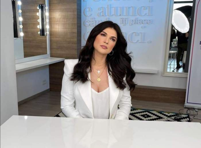 Monica Bârlădeanu la o masă albă