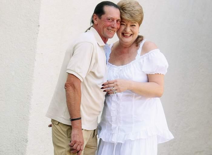 Ivan Patzaichin și soția, zâmbitori și îmbrățișați