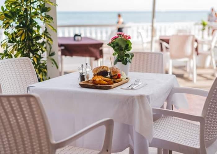 masă pe terasa unui restaurant