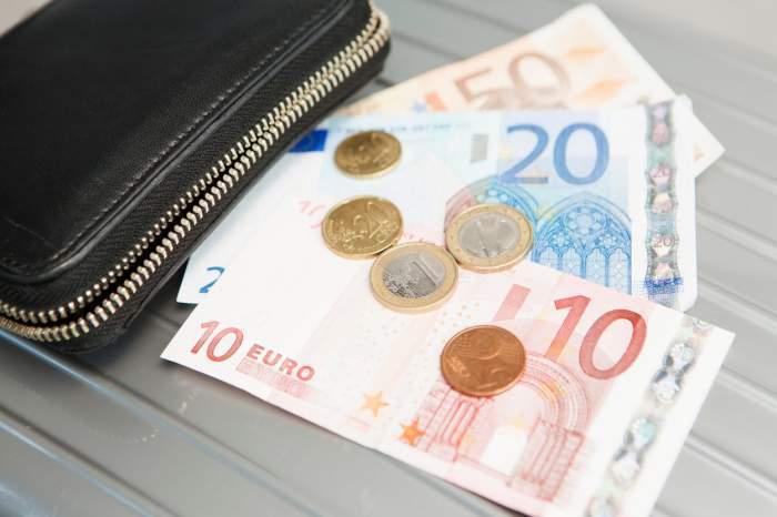 Un portofel negru și mai mulți euro lângă