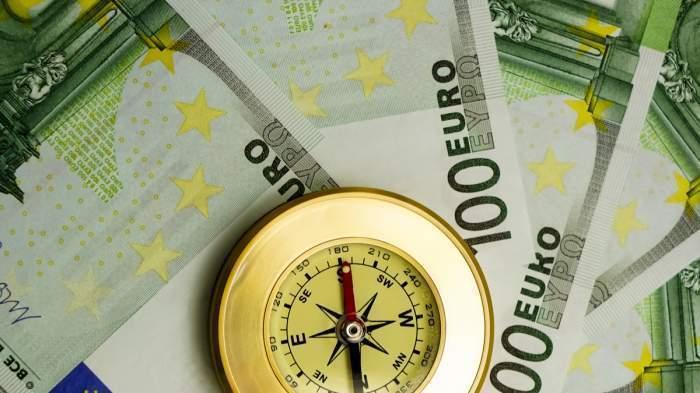 Euro și o busolă