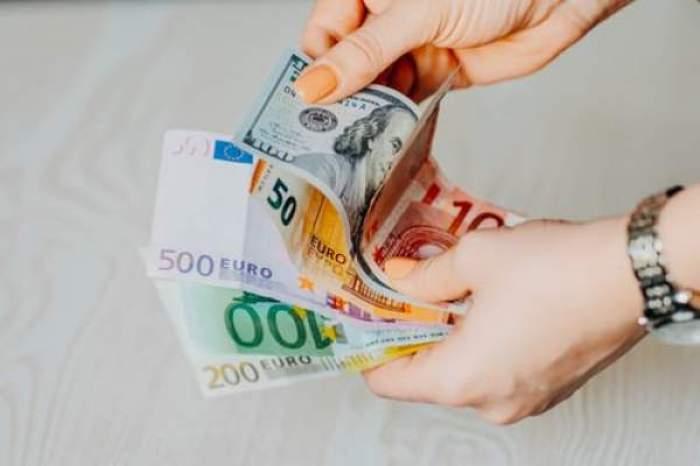 O femeie care numără euro