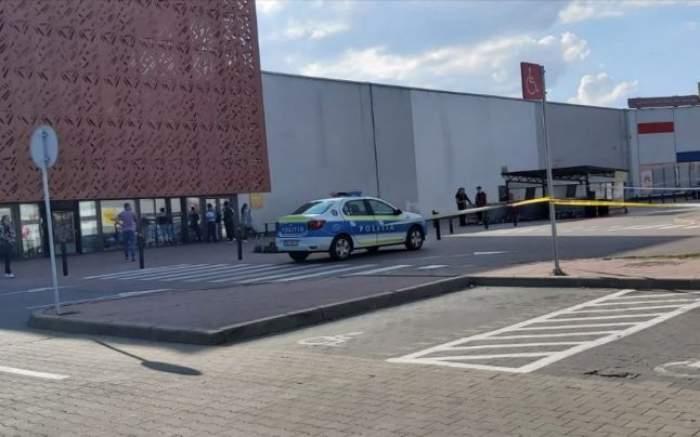 Un copil de 12 ani, înjunghiat în parcarea unui mall din Șelimbăr, în timpul unei încăierări între familii. Băiatul se află în stare gravă