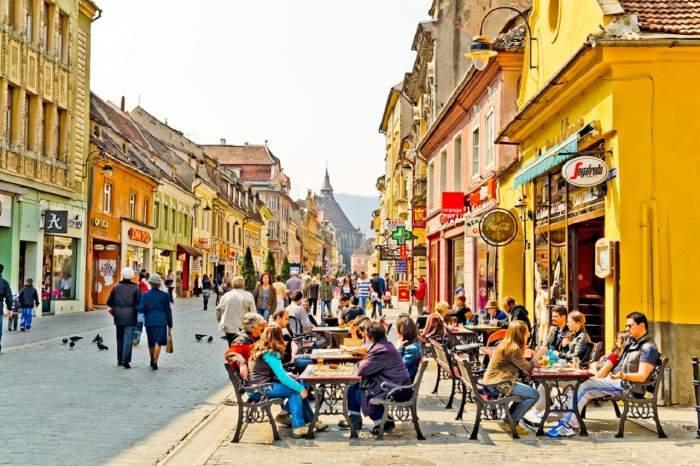 Terase pline de oameni în Brașov