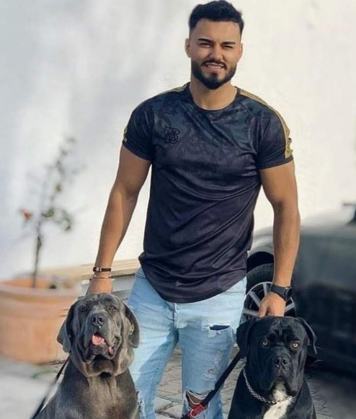 jador cu doi caini