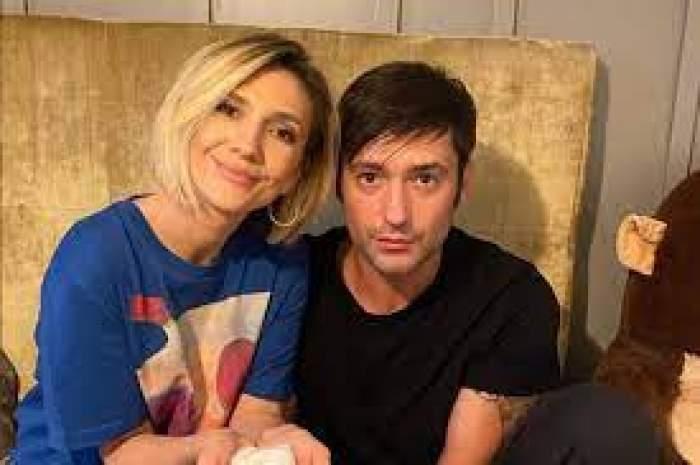 Adela Popescu și Radu Vâlcan, fotografiați îmbrățișați și zâmbitori
