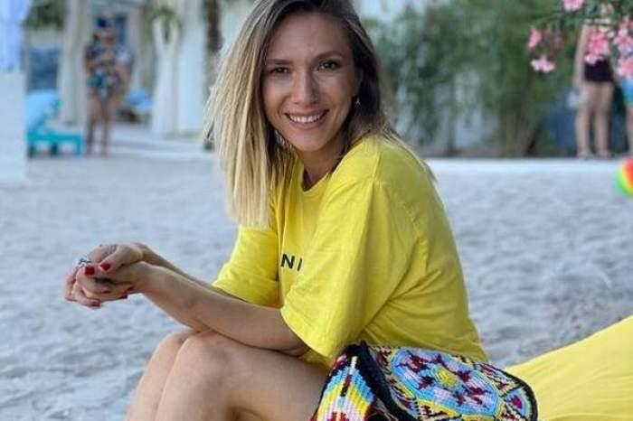 Adela Popescu, zâmbitoare, în tricou galben