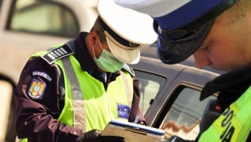 Doi polițiști care scriu o amendă
