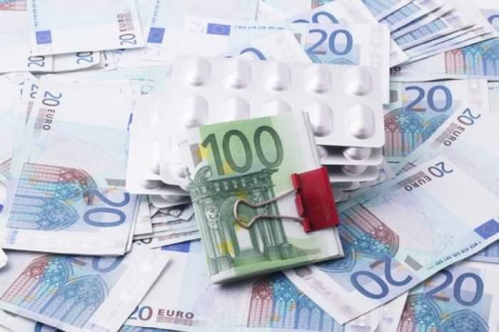 bancnote euro întinse pe masă