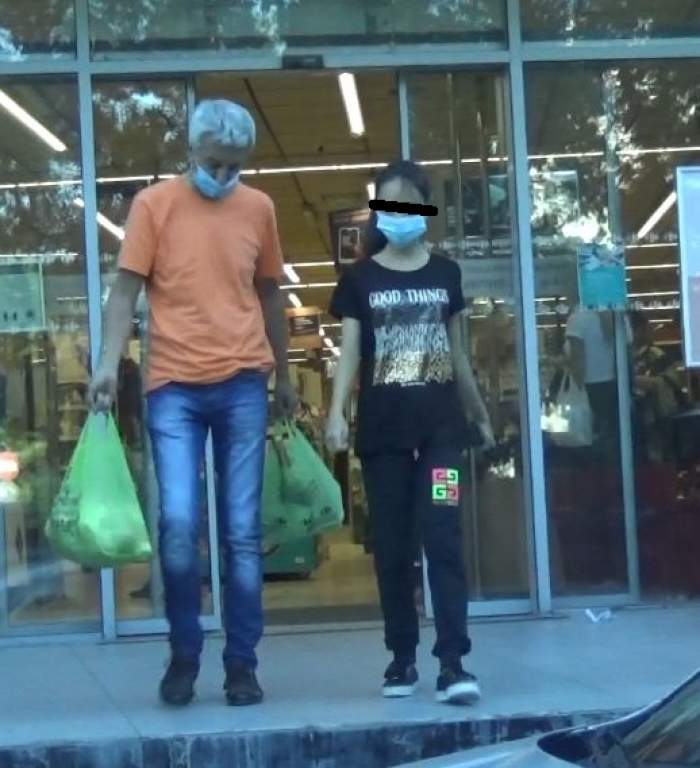 Dan Diaconescu și fiica ies din magazin, cu pungi în mână