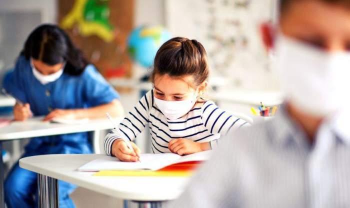 S-au schimbat din nou regulile de începere a școlilor! Care dintre elevi vor face în continuare școală în regim online