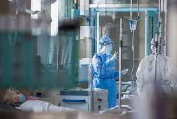 Medici și pacienți în saloanele din spital