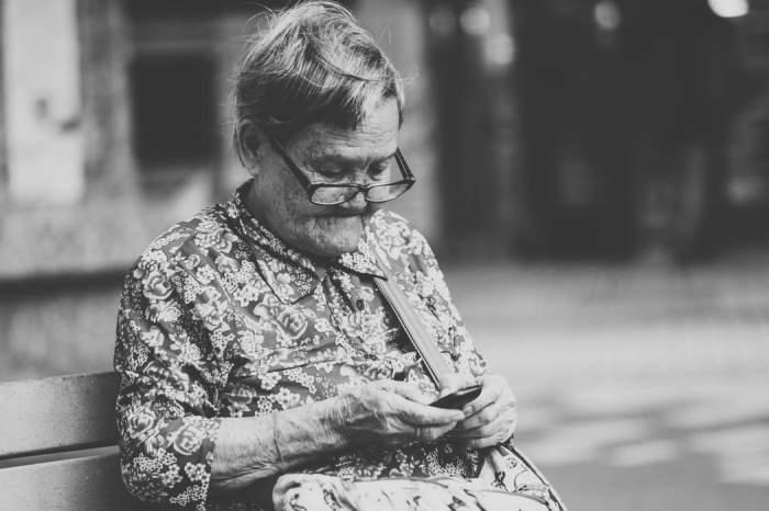 o bătrână pe o bancă