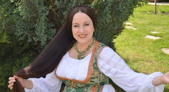 Maria Dragomiroiu, în costum tradițional, alb