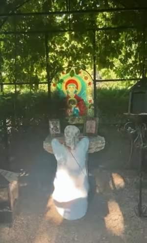 Loredana Groza, în genunchi în fața icoanei Fecioarei Maria. Cum s-a rugat vedeta cu ocazia Nașterii Maicii Domnului / VIDEO