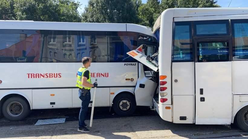 Autobuzele ciocnite și un om lângă ele