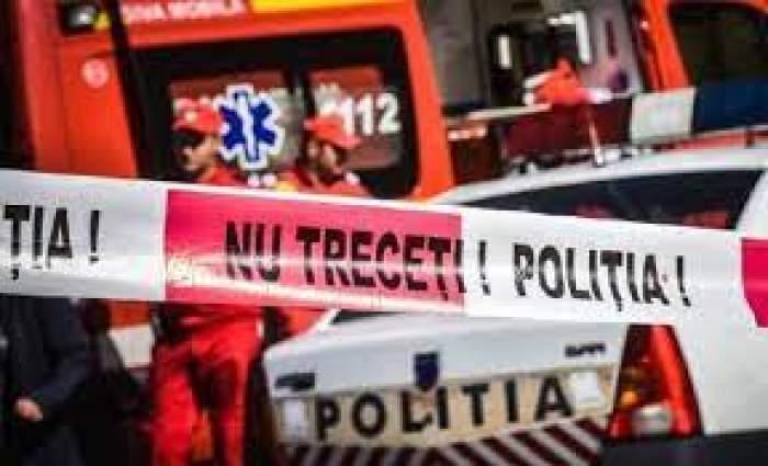 Banda poliției de a opri trecerea către un accident, salvări și mașini de poliție