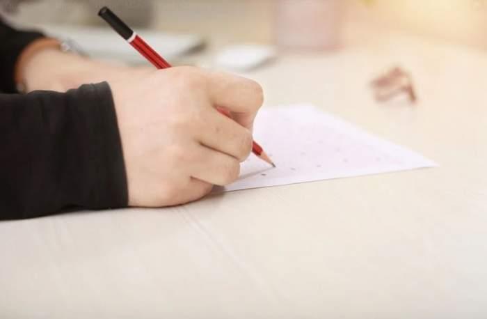 un copil care scrie