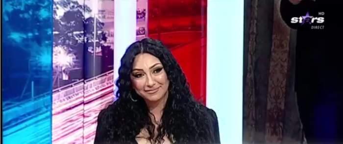 Mădălina Miu, îmbrăcată în negru, la TV