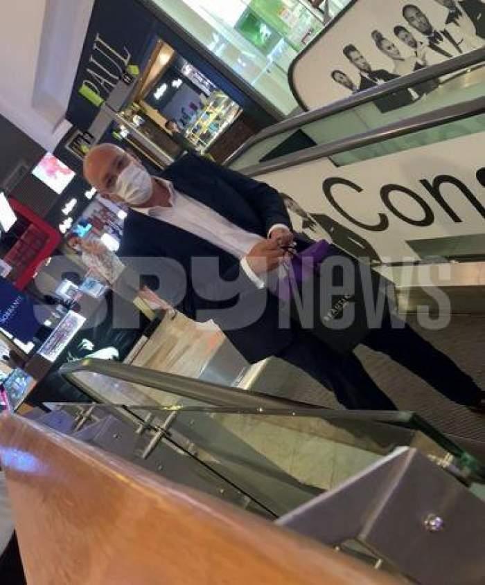 Raed Arafat, surprin în mall cu o pungă de cadou